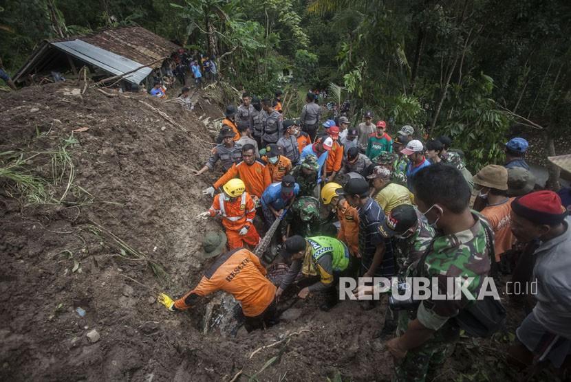 Tim SAR gabungan dan warga berusaha mengevakuasi korban yang tertimbun longsor (ilustrasi)