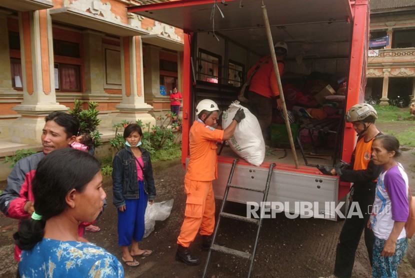 Tim SAR Evakuasi Lansia di Zona Merah Gunung Agung