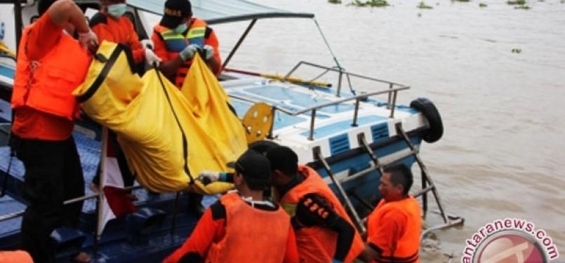 Tim SAR melakukan evakuasi korban kapal tenggelam. (ilustrasi)