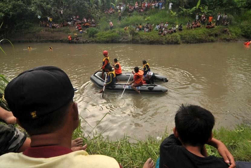 Tim SAR melakukan pencarian korban tenggelam (ilustrasi)