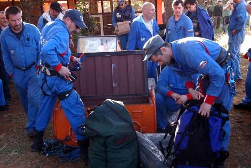 Tim SAR Rusia bersiap untuk melakukan pendakian Gunung Salak sambil menunggu ijin di posko tim evakuasi pesawat Sukhoi Superjet 100, Cijeruk, Bogor, Jabar, Ahad (13/5).
