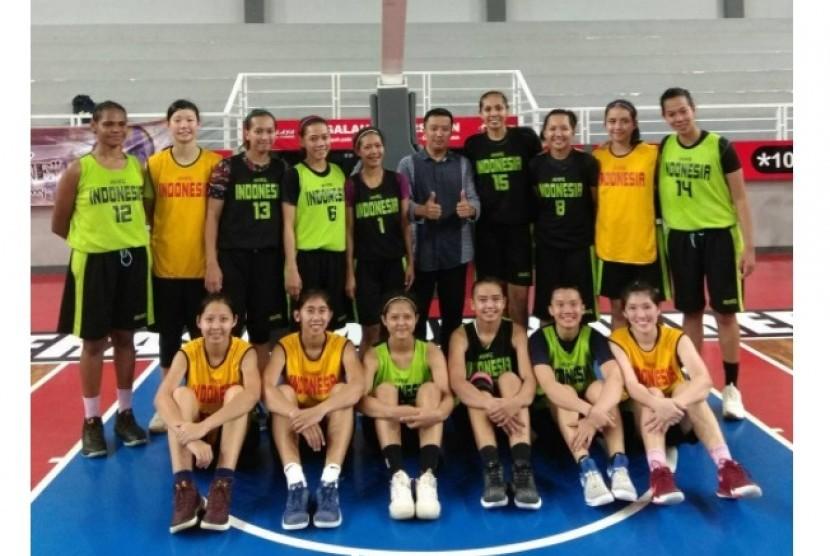 Timnas basket putri yang menjalani TC di Cirebon bersama Menpora Imam Nahrawi.