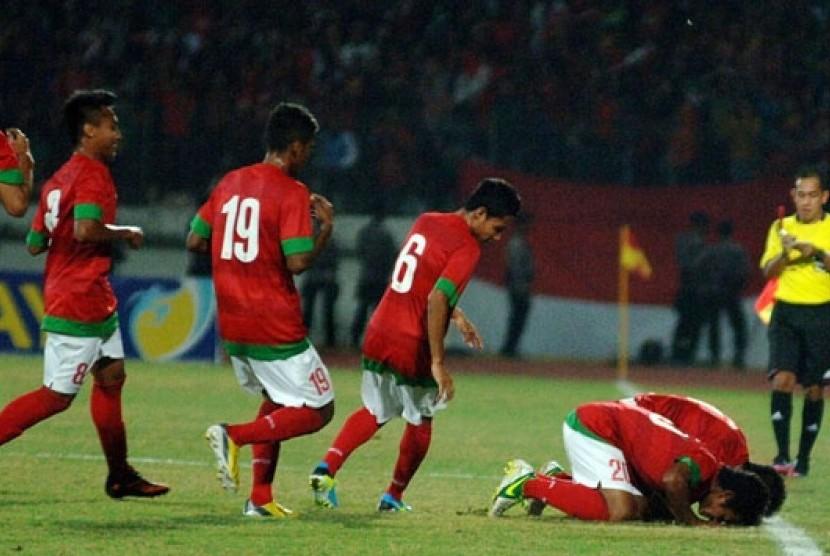 Timnas U-19 melakukan selebrasi sujud syukur usai mencetak gol.