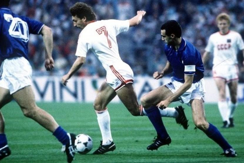Timnas Uni Soviet melaju ke partai final Piala Eropa 1988 usai mengalahkan Italia dengan skor 2-0.