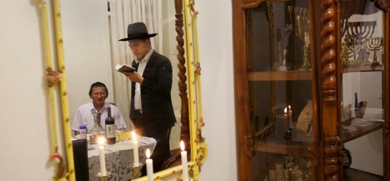 Toar Palilingan (berdiri) dan Oral Bollegraf (duduk) sebagai kaum Yahudi di Manado