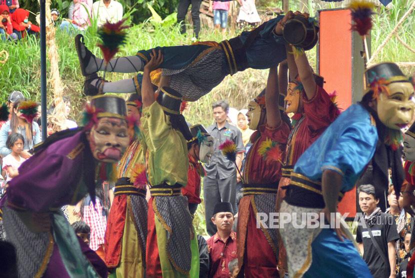 Topeng Gecul kesenian asli Desa Ngrawan terdiri atas belasan penari yang nengenakan ragam topeng berkarakter kocak. Namun mengisahkan tokoh yang rapuh karena sikap  sombongnya (Ilustrasi)