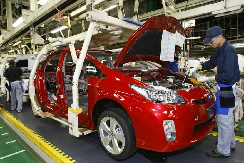 Toyota workers assemble parts on new Prius hybrid vehicles at Toyota Tsutsumi Plant in Toyota, central Japan. (photo file)