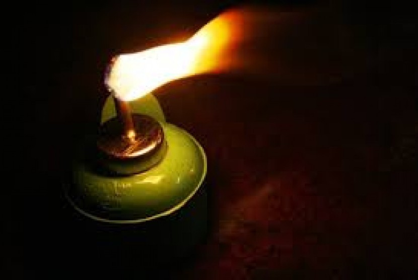 Tradisi memasang lampu minyak.