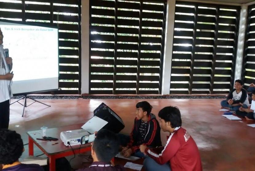 Training bersyukur siswa School of Universe (SoU), Bogor.