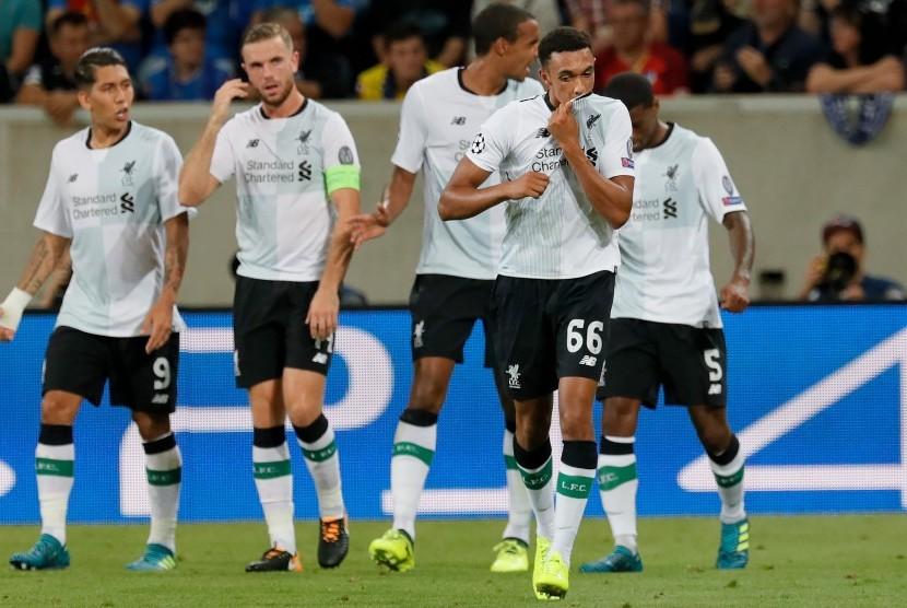 Trent Alexander-Arnold (kedua kanan) merayakan golnya untuk Liverpool ke gawang Hoffenheim pada laga playoff Liga Champions di Rhein-Neckar Arena, Rabu (16/8) dini hari WIB.
