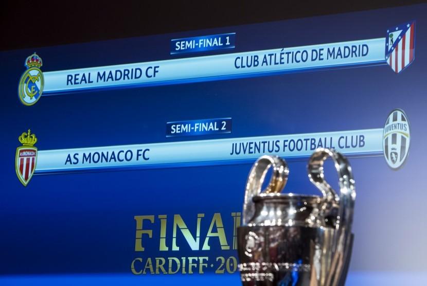 Trofi Liga Champions dipamerkan saat undian semifinal di Nyon, Prancis, Jumat (21/4).