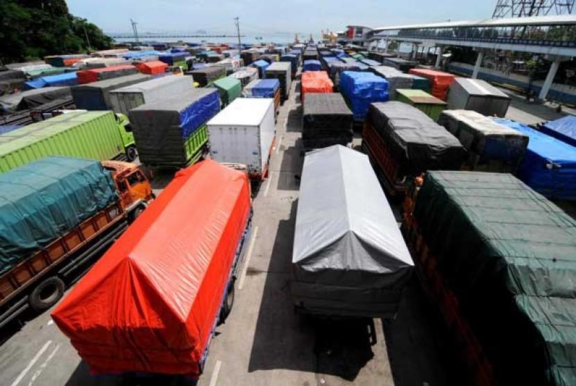 Truk angkutan barang menunggu antre masuk ke kapal roro di Pelabuhan Merak, Banten.  (ilustrasi)