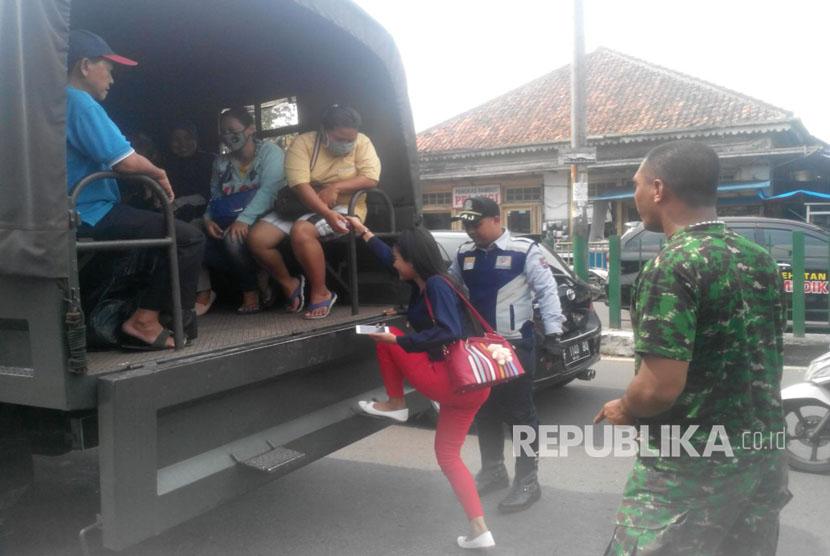 [ilustrasi] Truk TNI-Polri disiagakan untuk mencegah penumpukan penumpang terlantar karena aksi mogok angkot Kota Bogor.