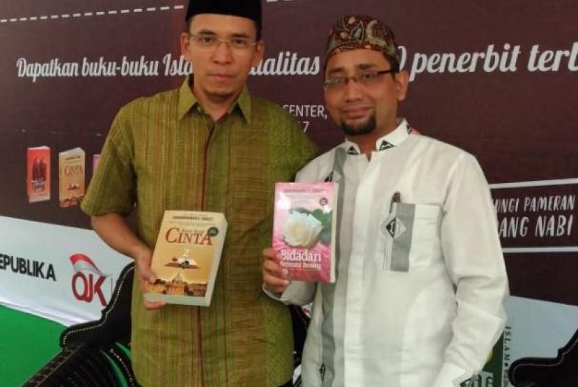 Tuan Guru Bajang (kiri) dan Habiburrahman El Shirazy.