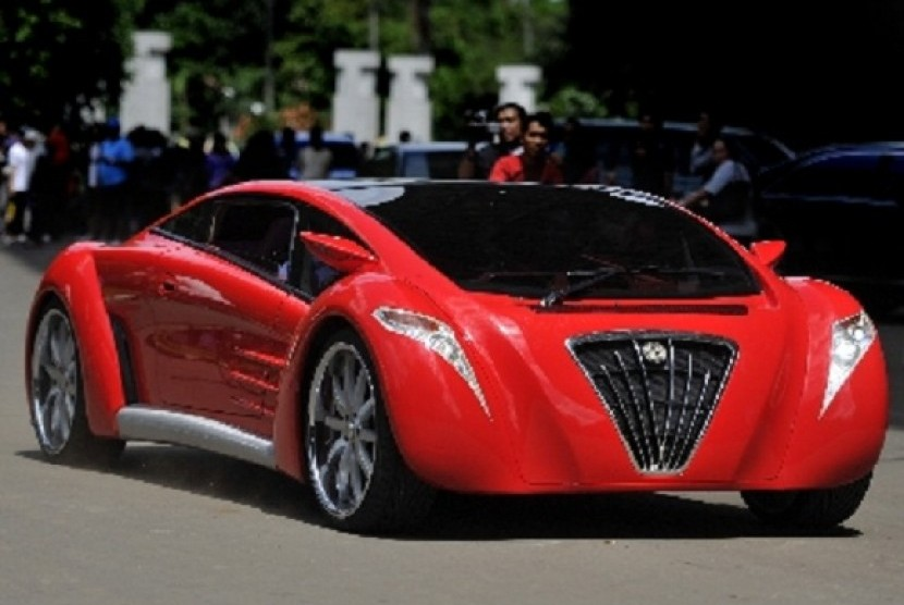 Tucuxi, a ferrari-like prototype of electric car, performs in Bung Karno Stadium, Jakarta. The car is crashed during the test-drive by Minister of State-Owned Enterprises, Dahlan Iskan, in Solo. (file photo)
