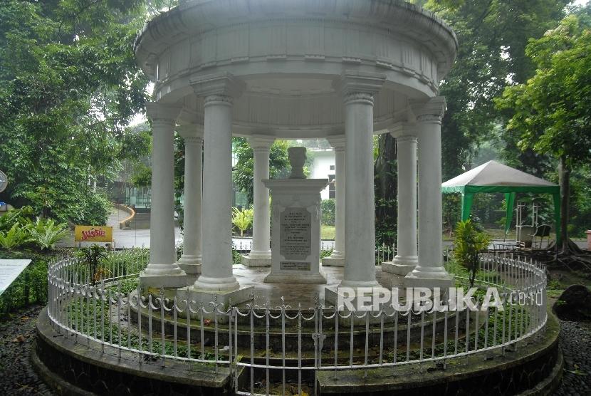 Tugu Raffles di Kebun Raya Bogor.
