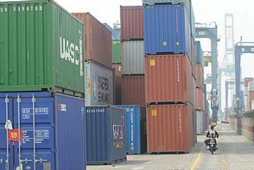 Tumpukan peti kemas di pelabuhan