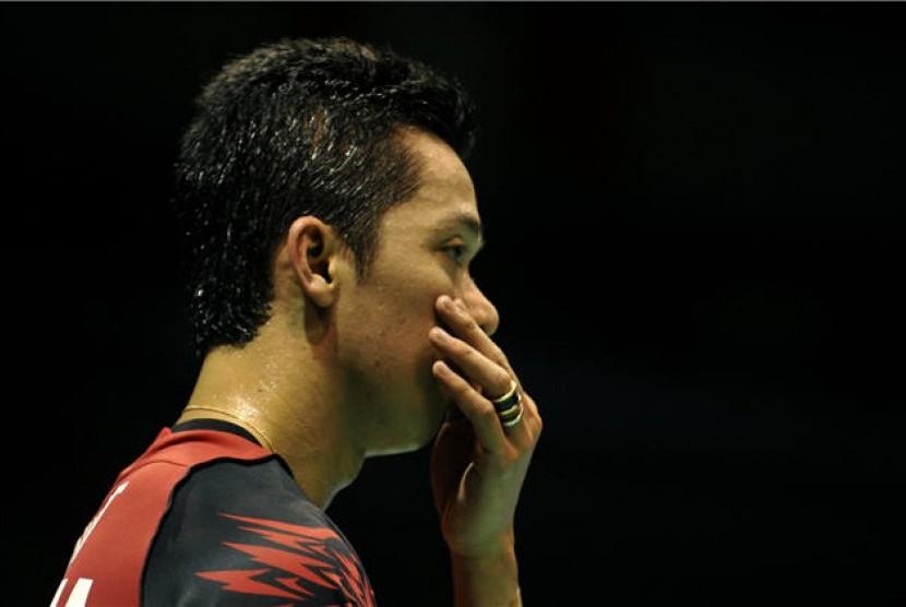 Tunggal putra Indonesia, Taufik Hidayat, menyeka keringat saat bertanding melawan tunggal putra Jepang, Kenichi Tago, pada pertandingan babak perempat final di ajang final Piala Thomas dan Uber 2012 di Wuhan Sports Center, Wuhan, Cina, Rabu (23/5).