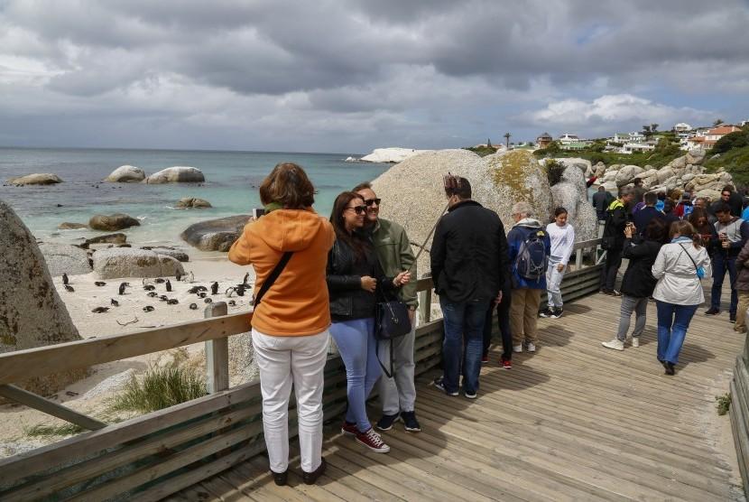 Turis sedang menikmati pemandangan di Cape Town, Afrika Selatan.