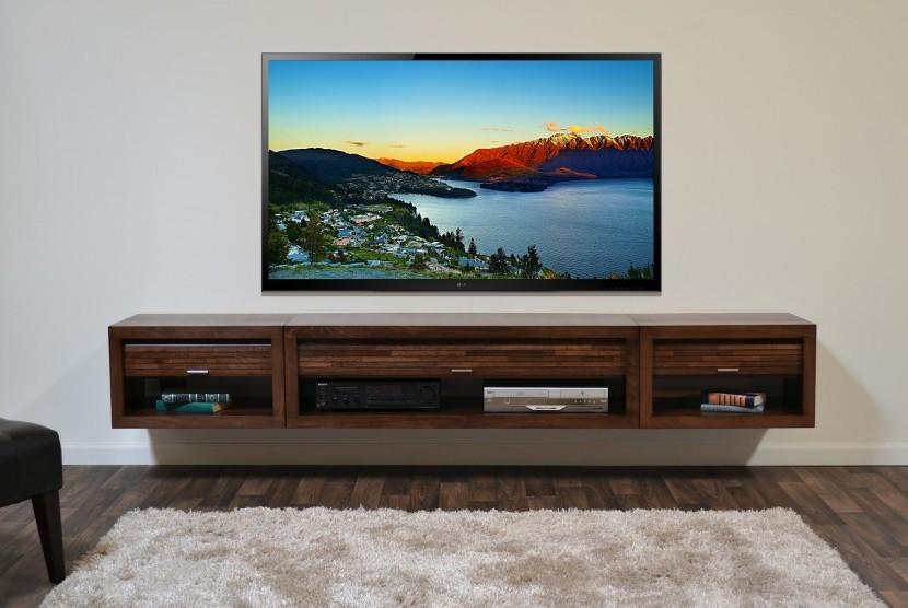 TV yang ditempel menggantung di dinding.