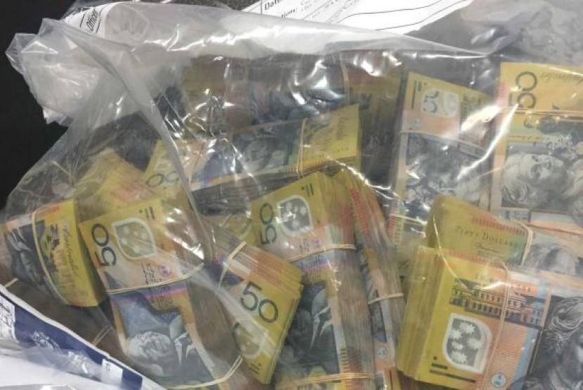 Uang kontan senilai 15 juta dolar AS atau sekitar Rp 150 miliar yang disita polisi terkait penangkapan Adam Cranston, anak bos kantor pajak Australia Michael Cranston.