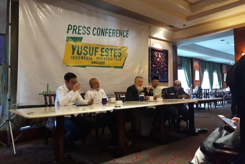 Ulama internasional asal Texas, Amerika Serikat, Syekh Yusuf Estes saat berdiskusi dengan wartawan di Hotel Crown Plaza, Gatot Subroto, Jakarta, Ahad (18/3).