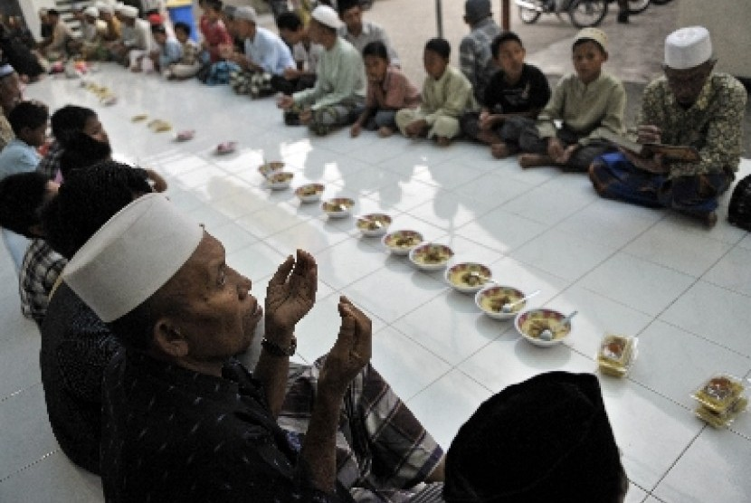Umat Islam berdoa sebelum menggelar tradisi Megibung (ilustrasi)