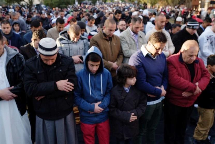 Umat Islam melaksanakan shalat idul fitri di daerah Lakemba, Sydney.