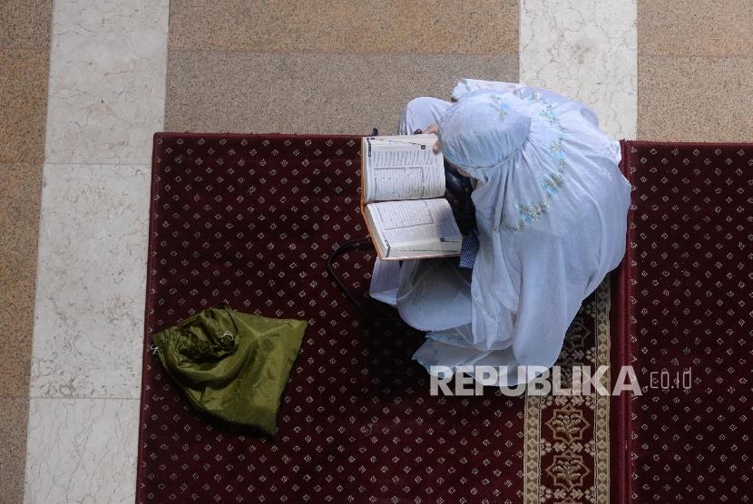 Umat Islam membaca Al-Quran di Masjid Jakarta Islamic Center (JIC), Jakarta Utara, Selasa (13/6).