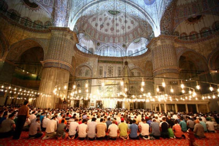 Umat Islam menyambut Ramadhan dengan shalat berjamaah di Masjid. Masyarakat Dunia Islam saat ini dituntut menguasai Bahasa Inggris bila ingin mempromosikan dan memperkaya dunia dengan nilai-nilai Islami.