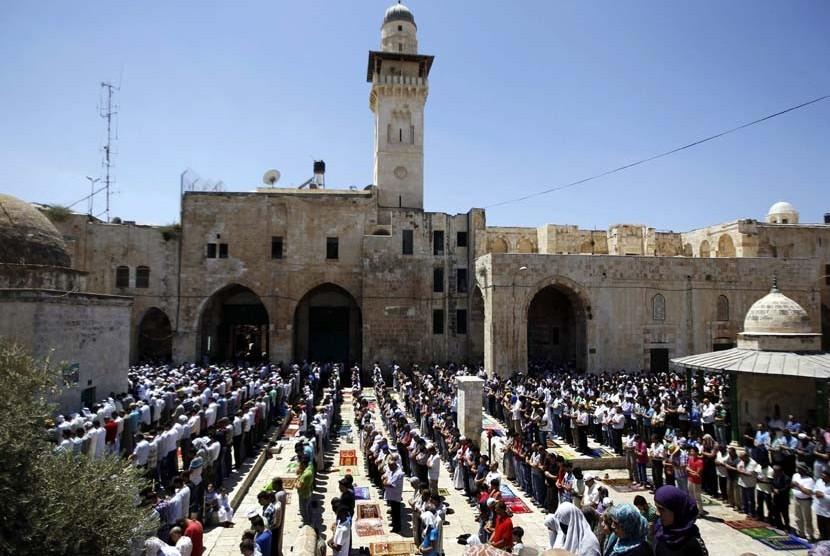 Umat Islam Palestina menunaikan Shalat Jumat berjamaah di Komplek Masjid AL Aqsa,Yerusalem, Jumat (10/8). (Ammar Awad/Reuters)