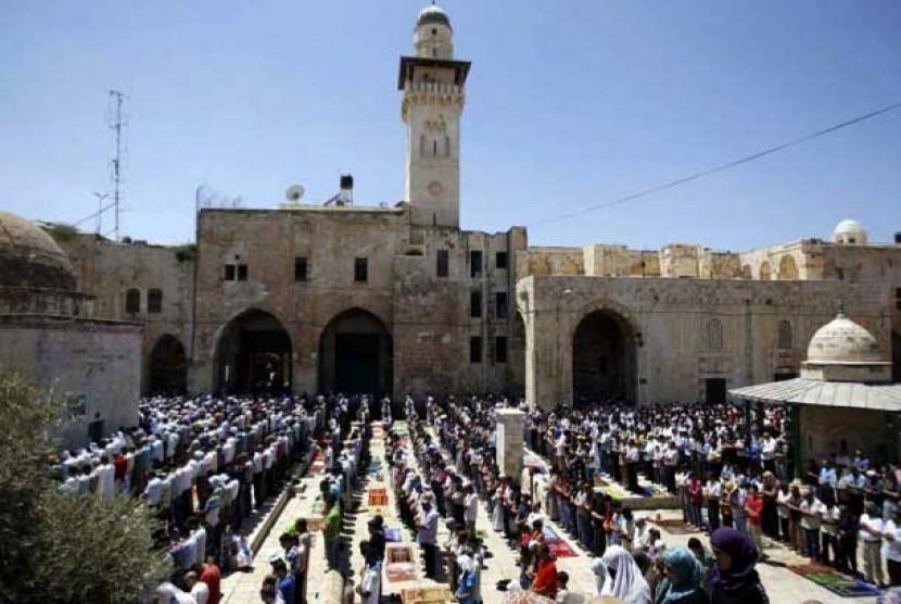 Ilustrasi Umat Muslim Palestina menunaikan shalat di lapangan Masjid Al Aqsa,Yerusalem, Palestina.