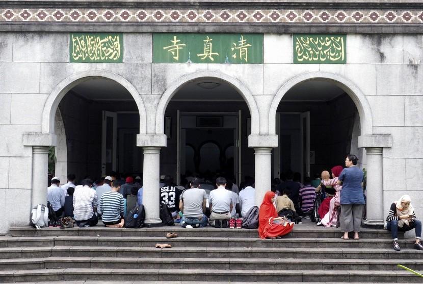Umat Muslim beribadah di Masjid Raya Taipei, Taiwan.