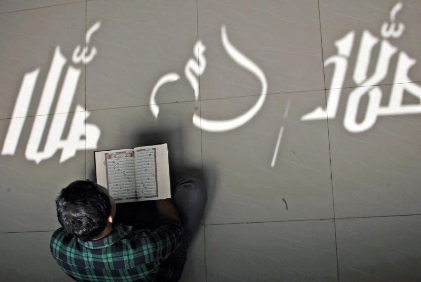 Umat muslim membaca Alquran atau tadarusan di sebuah masjid. (ilustrasi)