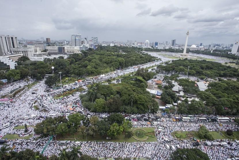 Umat muslim mengikuti aksi Super Damai 212 di kawasan Monas, Jakarta, Jumat (2/12).