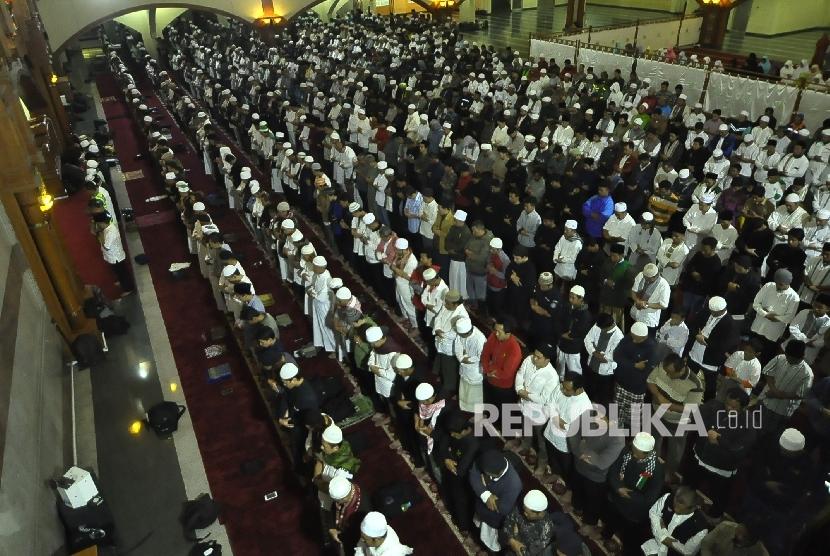 Umat Muslim shalat Subuh berjamaah di Masjid Pusdai, Jalan Diponegoro, Kota Bandung, Kamis (26/1).