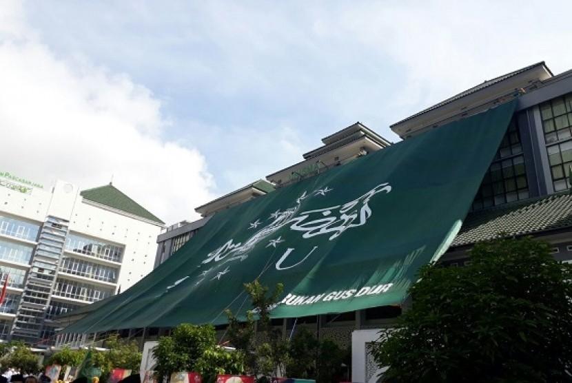 UNISMA berhasil memecahkan rekor Muri atas terbentangnya bendera NU terbesar se-Indonesia, Ahad (22/10)