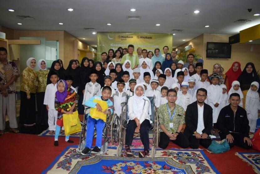 Unit Usaha Syariah Maybank Kantor Cabang Bandung dan Dompet Peduli Ummat Daarut Tauhiid (DPU DT) menggelar acara berbagi bertema 'Kuatkan Silaturahim dan Maknai Arti Kebersamaan' bersama 50 anak yatim, dhuafa dan difabel di Bandung, akhir pekan lalu.
