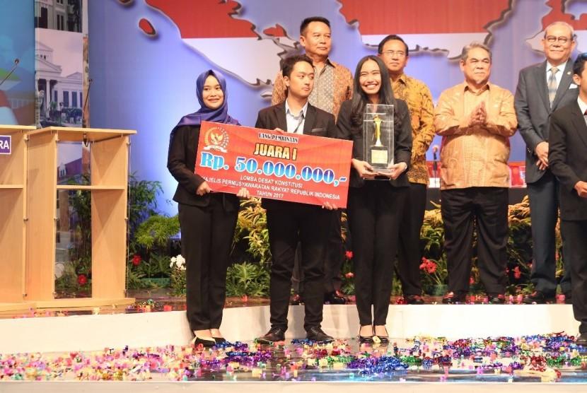 Universitas Katolik Parahiyangan menjadi juara Debat Konstitusi MPR RI.