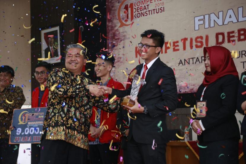 Universitas Muhammadiyah Malang (UMM) berhasil merebut posisi pertama dalam lomba debat konstitusi nasional yang diselenggarakan Mahkamah Konstitusi (MK) RI.