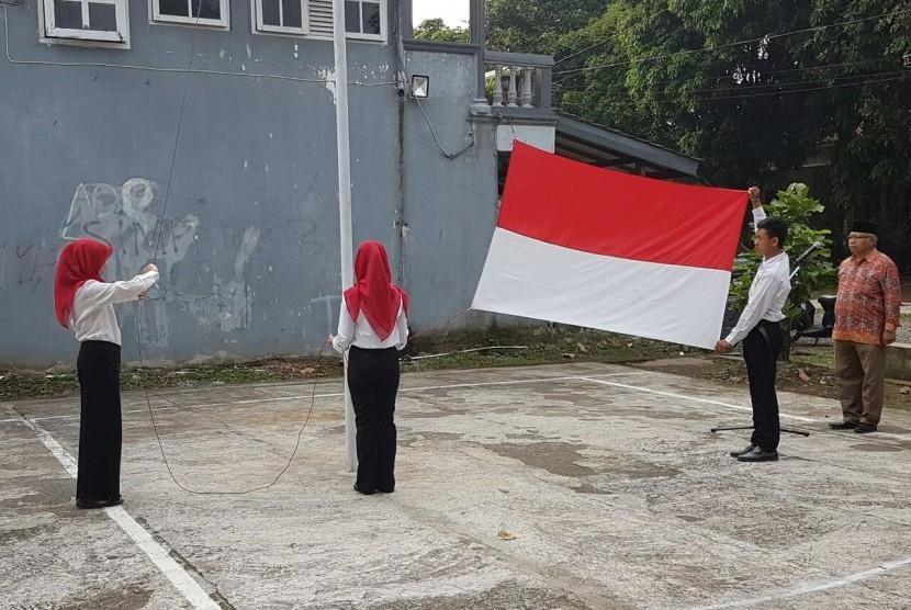 Upacara bendera di lingkungan RW. 06 Komplek Laladon Indah Kel. Laladon Kecamatan Ciomas, Kab.Bogor.
