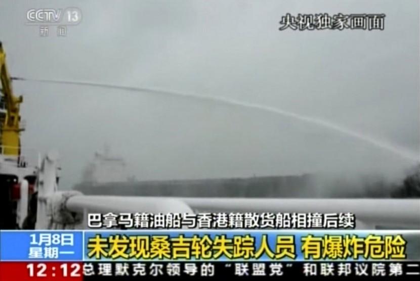 Upaya pemadaman api kapal tanker Iran yang terbakar di Laut Cina Timur.