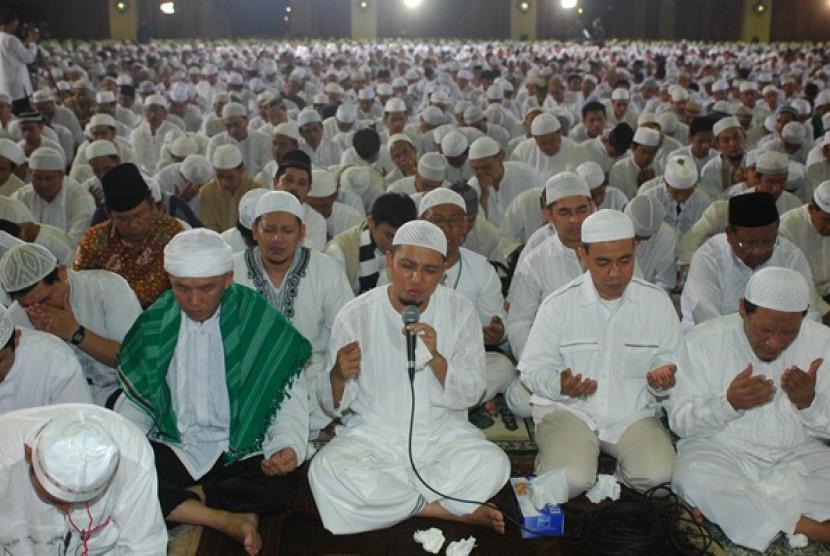 Subhanallah.... Selesai Pengajian Az Zikra, 665 Orang Menjadi Mualaf