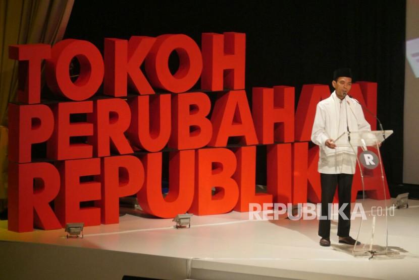 Ustadz Abdul Somad menerima penghargaan saat Acara penganugerahan Tokoh Perubahan Republika di Djakarta Theater, Jakarta Pusat, Selasa (10/4).