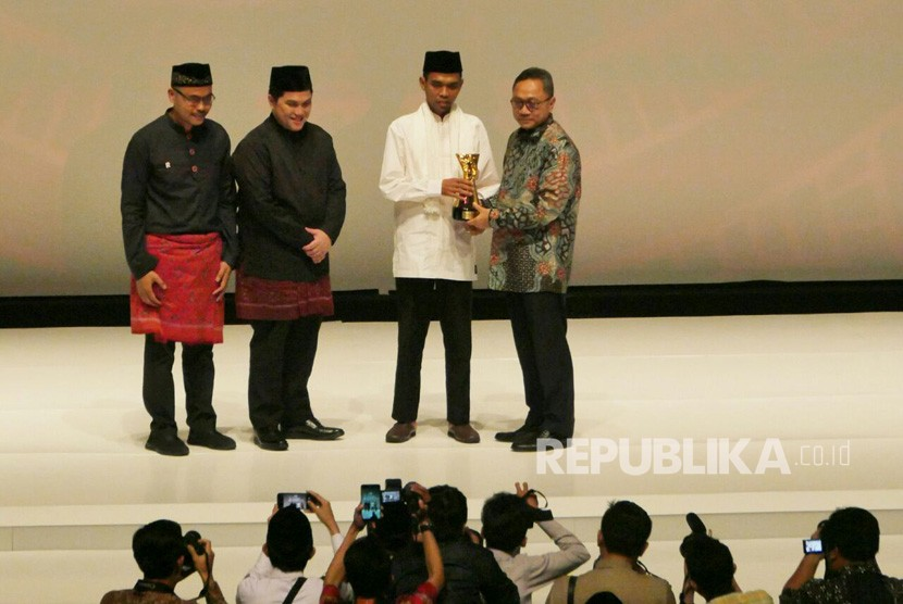 Komisaris Utama Republika Erick Thohir (kedua kiri), mendampingi Ustaz Abdul Somad (kedua kanan) menerima penghargaan Tokoh Perubahan Republika 2017 di Djakarta Theater, Jakarta Pusat, Selasa (10/4).