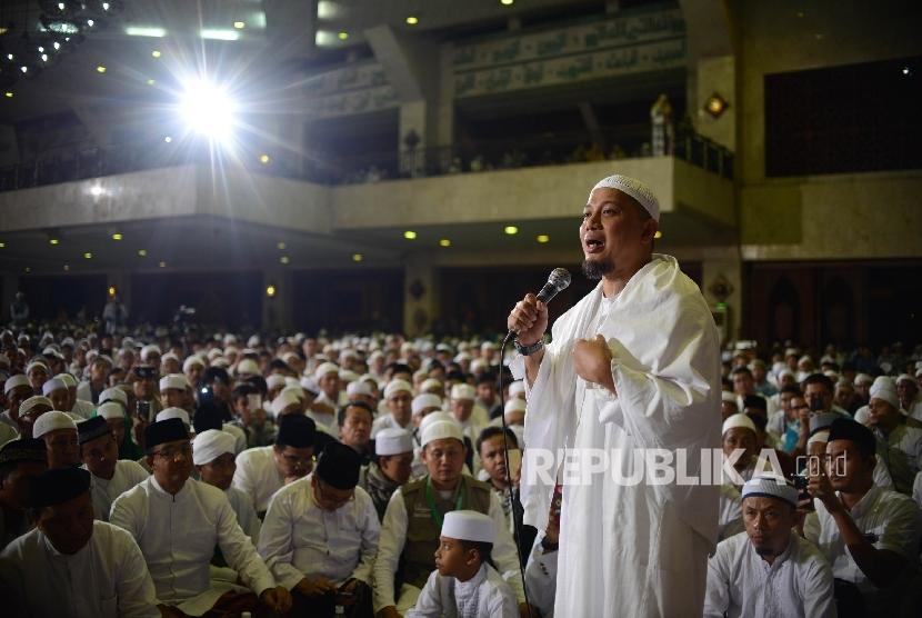 Ustadz Arifin Ilham memberikan tausiyah di Masjid Agung At-tin saat mengikuti Dzikir Nasional 2016, Jakarta, Sabtu (31/12).Republika/Raisan Al Farisi
