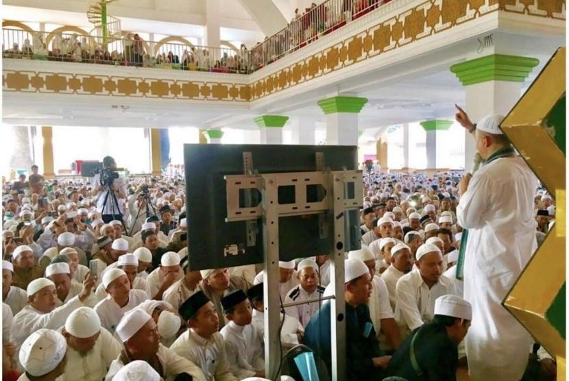 Ustadz Arifin Ilham memimpin tausiyah zikir di Masjid Az-Zikra Sentul, Bogo, Jawa Barat, Ahad (5/3/2017).