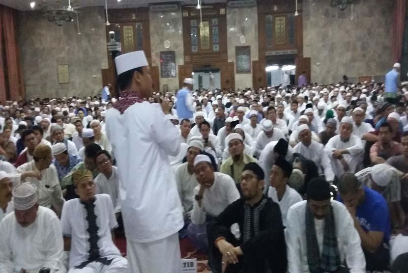Ustadz Das'ad Latief mengisi ceramah i'tikaf akbar malam 27 Ramadhan 1436 H di MASK Jakarta, Selasa (14/7)