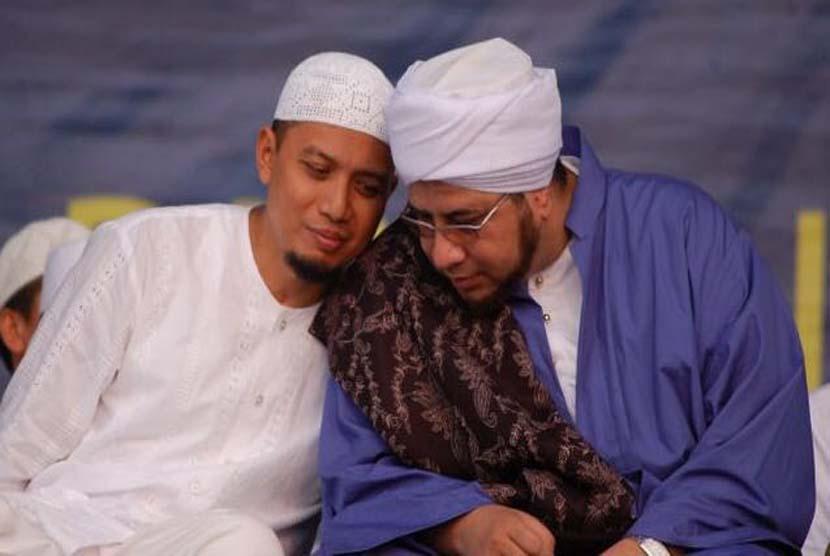 Ustadz Muhammad Arifin Ilham (kiri) bersama Pimpinan Majelis Rasulullah  Habib Munzir Al Musawa (alm).