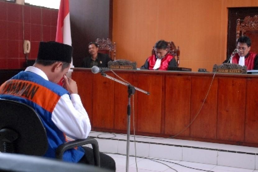 Ustadz Tajul Muluk (kiri) saat mengikuti sidang pembacaan vonis di Pengadilan Negeri Sampang, Madura, Kamis (12/7).